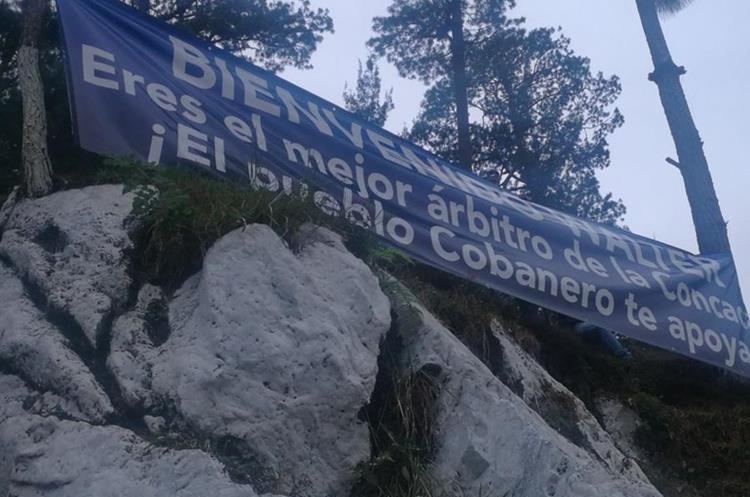 Esta manta fue colocada en el estadio Verapaz para el partido de este miércoles por la noche entre Cobán y Antigua. (Foto Prensa Libre: AFP)