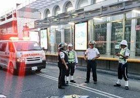 Una persona murió y otras dos resultaron heridas en ataque armado en la 5a avenida y 10 calle zona 1. (Foto Prensa Libre: Bomberos Voluntarios)