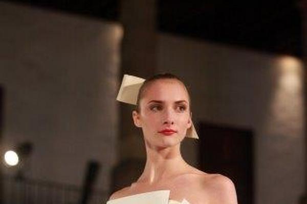 Una modelo presenta diseño de la colección primavera-verano 2015, de la diseñadora venezolana Carolina Herrera, en la ciudad de México.