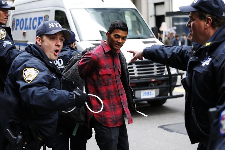 Detienen a activistas por protestar contra Trump. (AFP)