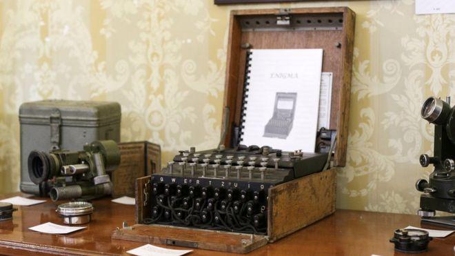 El aparato estaba a la venta en el mercadillo como si fuese una máquina de escribir. REUTERS