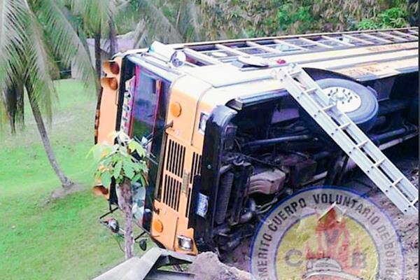 En el autobús  viajaban 48 salvadoreños, quienes salieron ilesos. (Foto Prensa Libre: CVB)