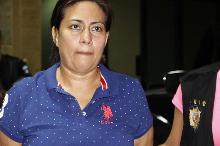 Servia Benavent Guzmán Cuellar, esposa de Francisco Morales, alias Chico Dólar, es aprehendida en Jutiapa. (Foto Prensa Libre: PNC)