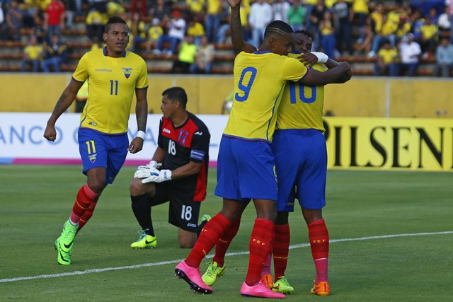 Miller Bolaños (d), celebra junto a Antonio Valencia (c) y Fidel Martinez (i) por el primer gol anotado a la selección de Honduras. (Foto Prensa Libre: EFE)