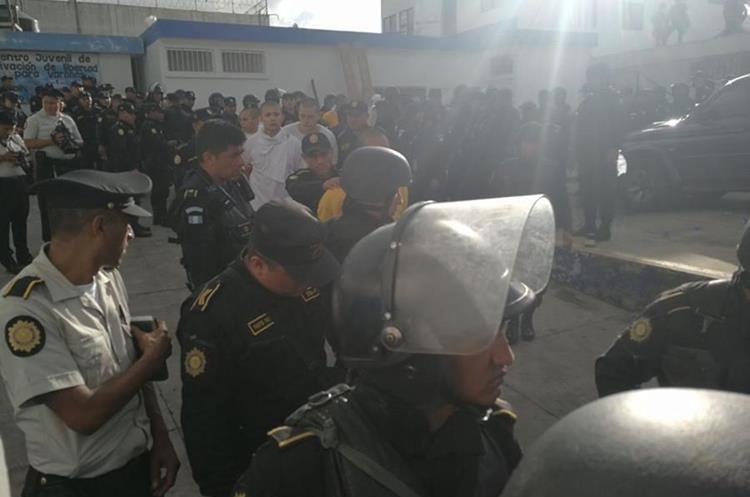 La PNC traslada a los internos que permanecían atrincherados en el interior de la correccional Las Gaviotas. (Foto Prensa Libre: Estuardo Paredes).