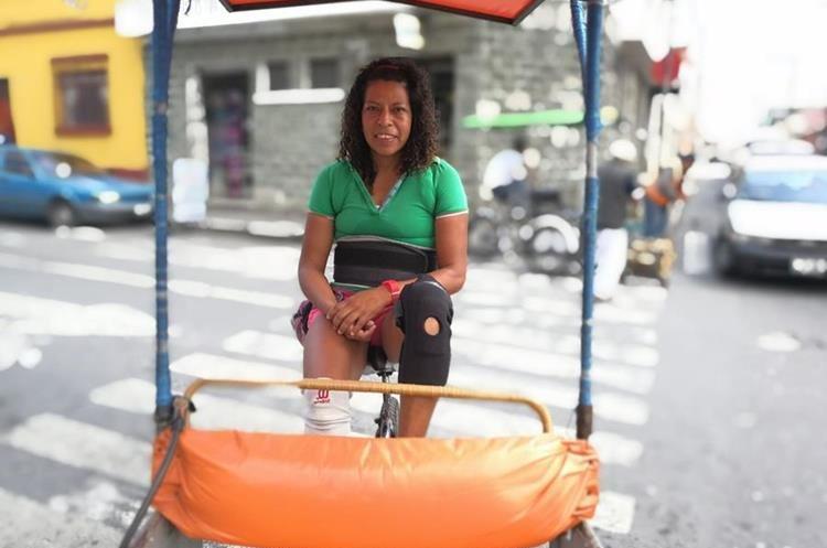 Luisa Fernanda Cabrera indica que la amabilidad es la clave para tener clientela. (Foto Prensa Libre: Oscar García).