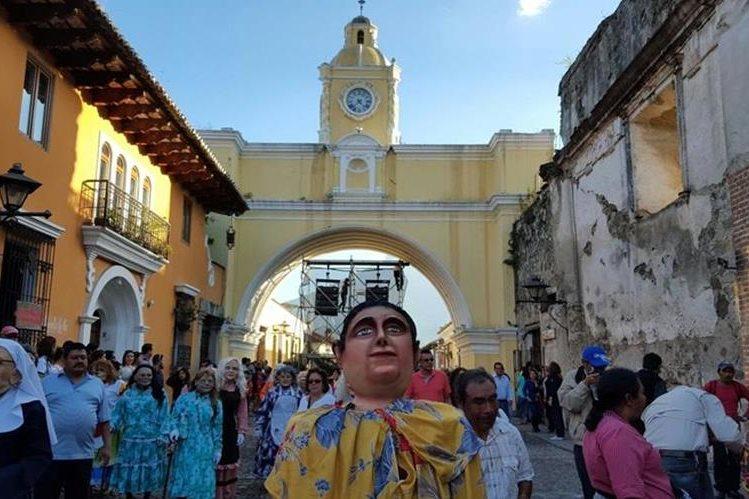 Variedad de actividades se efectuaron en la Calle del Arco, en Antigua Guatemala, para despedir el 2015 y dar la bienvenida al 2016. (Foto Prensa Libre: Miguel López)