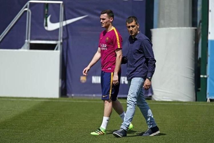 El Thomas Vermaelen camina en el campo del entrenamiento del Barcelona luego de lesionarse en el gemelo. (Foto Prensa Libre: FC Barcelona)