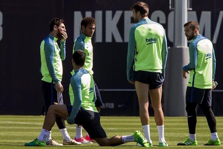 El brasileño Neymar, captado junto a sus compañeros durante el entrenamiento de este lunes en Barcelona. (Foto Prensa Libre: EFE).