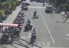 Peatón es arrollado por un motorista en Chiquimula, a pocos metros de un autopatrulla de la PMT. (Foto Prensa Libre: PMT Chiquimula)