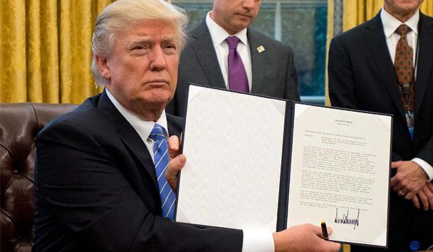 Trump presume de las firmas de decretos, muchos de ellos han buscado votar los proyectos hechos durante la gestión de Obama.