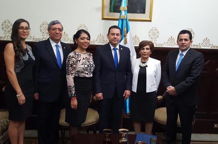Diputados le dan la bienvenida al presidente Jimmy Morales. (Foto Prensa Libre: Esbin García)