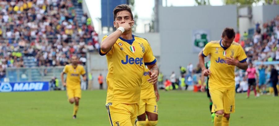 Paulo Dybala celebra con su tradicional máscara el primer gol de la Juventus. (Foto Prensa Libre: EFE)