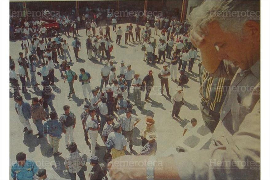 5/12/1998 Trabajadores  de la empresa de telefonía esperaron sin éxito, en los talleres de Telgua. (Foto: Hemeroteca PL)