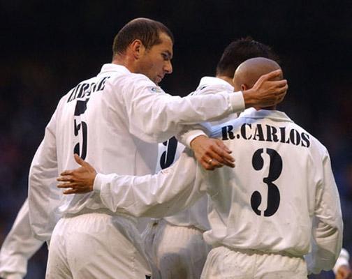 Zidane y Roberto Carlos en su etapa como jugadores con el Real Madrid. (Foto Prensa Libre: Hemeroteca)