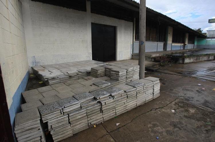 Autoridades les enviaron materiales de construcción que que la escuela no había requerido. (Foto Prensa Libre: Esbin García)