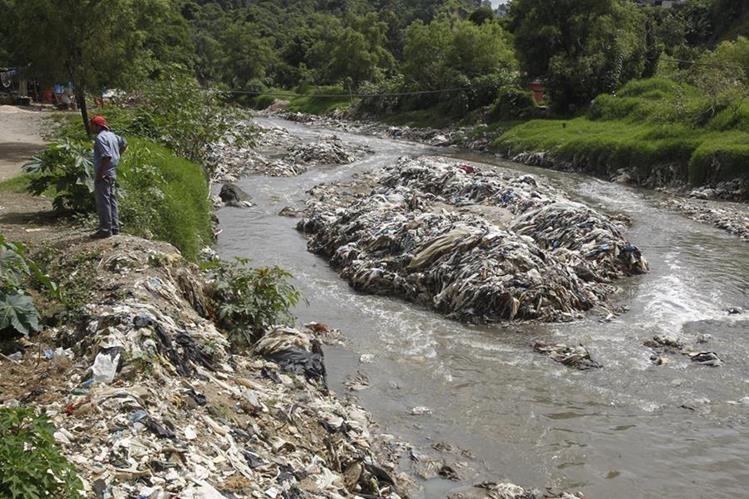 El río Las Vacas, en la capital, está libre de metales pesados, pero contiene materia fecal y contaminación bacteriológica. (Foto Prensa Libre: Paulo Raquec)