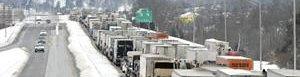 Filas de vehículos detenidos por nevada.