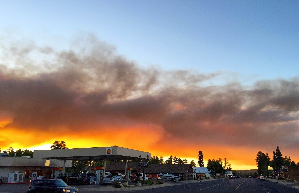 Un incendio forestal amenaza a las comunidades del área Mostrar, Arizona.(Foto Prensa Libre: AP).