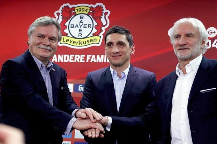 El Bayer Leverkusen, en dificultades en la liga alemana, designó este lunes a Tayfun Korkut como nuevo entrenador hasta final de temporada. (Foto Prensa Libre: AFP)