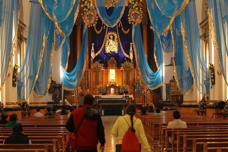 Fieles se dan cita en el Templo de San Francisco en la capital, para venerar a la imagen de la Virgen de Concepción. (Foto Prensa Libre: Álvaro Interiano).