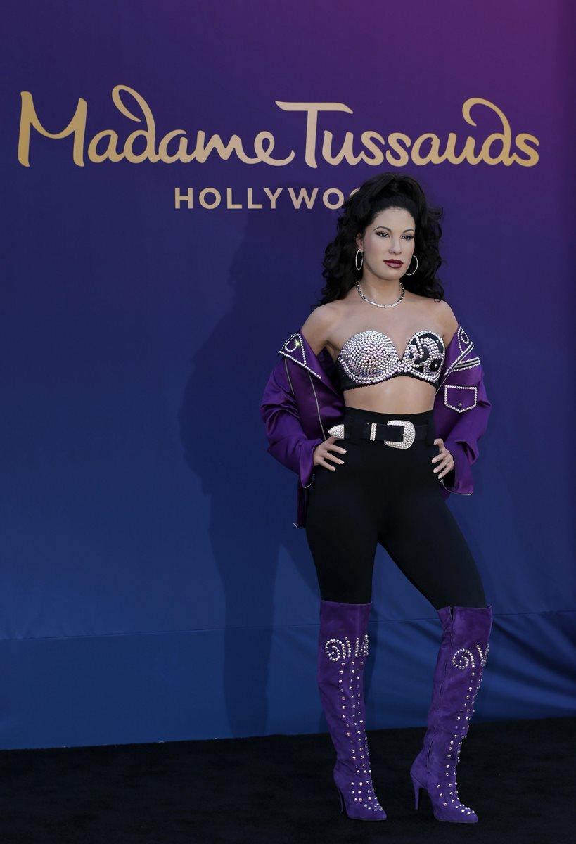 La figura de cera de la fallecida artista estadounidense Selena se exhibe en el Madame Tussaud en Hollywood. (Foto Prensa Libre: EFE)