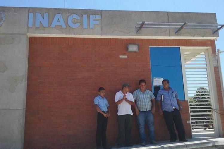 Fachada de la morgue del Inacif de San Benito, a donde fue trasladado el cadáver de Méndez. (Foto Prensa Libre: Rigoberto Escobar).