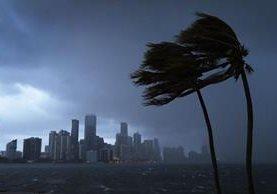 Así lucía el Downtown de Miami con la llegada de los primeros efectos del Huracán Irma. (Foto Prensa Libre: AFP)