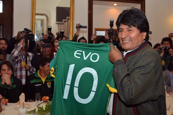 El presidente de Bolivia, Evo Morales, muestra una camiseta de la selección boliviana de futbol, con el número 10 y su nombre, que le obsequió el equipo hoy. (Foto Prensa Libre:EFE)