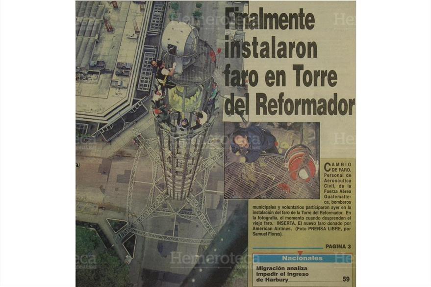 Aeronáutica Civil, la  Fuerza Aérea y bomberos instalan el faro de la Torre del Reformador el 27/11/1997. (Foto: Hemeroteca PL)