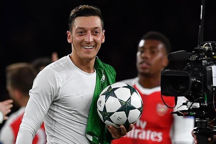 Mesut Ozil terminó satisfecho después de cumplir con su primer hat-trick. (Foto Prensa Libre: AFP)