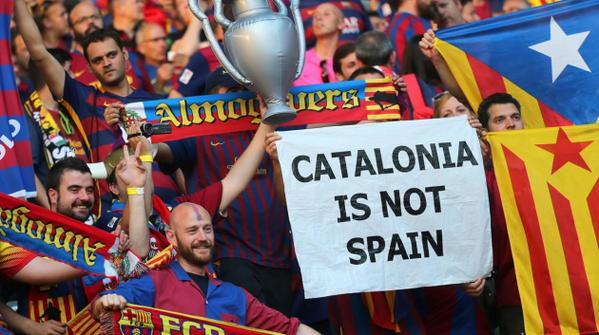Estos fueron las pancartas mostradas en el partido del Barcelona frente al Leverkusen. (Foto Prensa Libre: Hemeroteca PL)