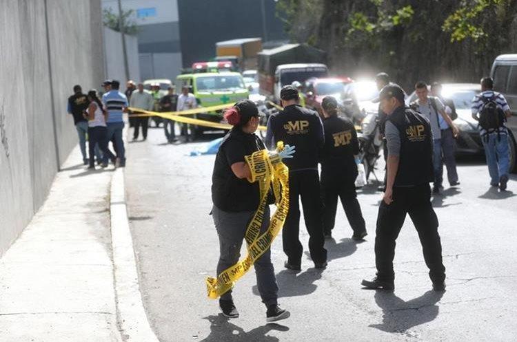 Peritos del Ministerio Público buscan evidencia en el lugar. (Foto Prensa Libre: Erick Ávila)