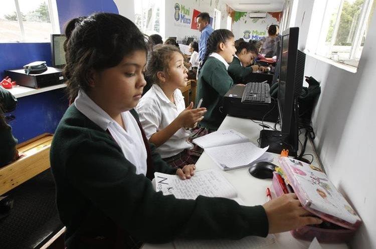 Un  laboratorio móvil está instalado, hasta esta semana, en la Escuela 101, en la colonia Primero de Julio, zona 5 de Mixco. (Foto Prensa Libre: Érick Dávila)