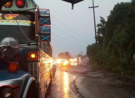 En el km 208, en el túnel de Santa María de Jesús, el paso estuvo bloqueado. (Foto Prensa Libre: cortesía)