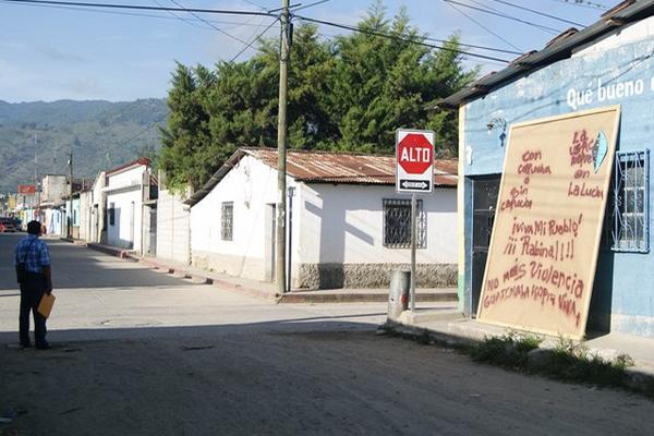 <p>El cartel apareció en la 3a. calle y 3a. avenida de la zona 3 de Rabinal. (Foto Prensa Libre: Carlos Grave)<br></p>