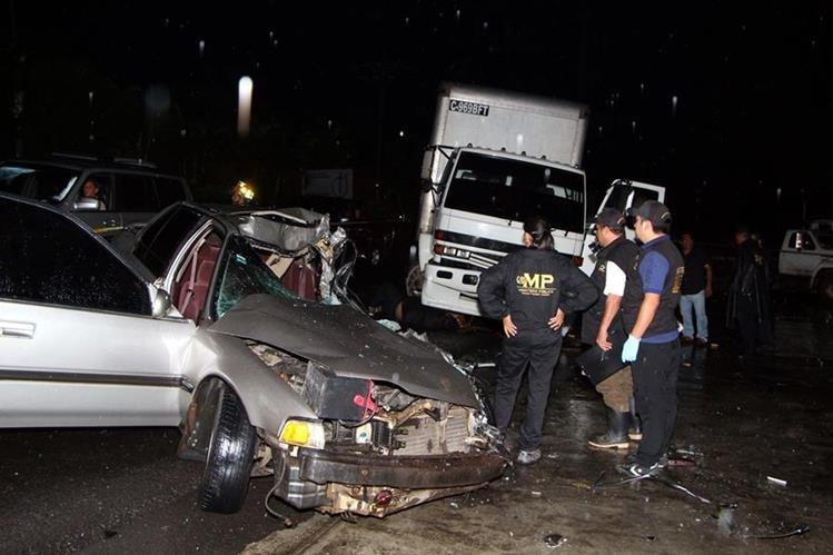Un hombre murió y otro resultó herido en un choque entre un auto y un camión. (Foto Prensa Libre: Rolando Miranda)