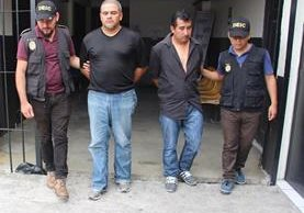 Presuntos extorsionistas son conducidos por agentes policiales. (Foto: PNC Gutemala)