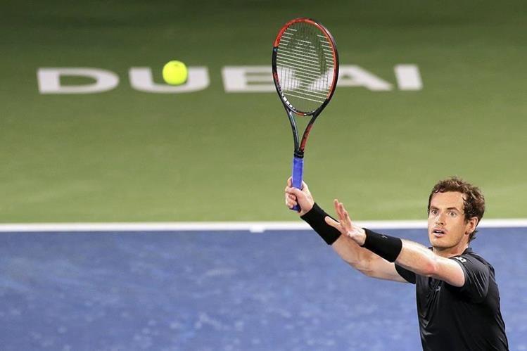 Andy Murray devuelve la pelota al tunecino Malek Jaziri durante el partido de la primera ronda del torneo de tenis de Dubai. (Foto Prensa Libre: EFE)