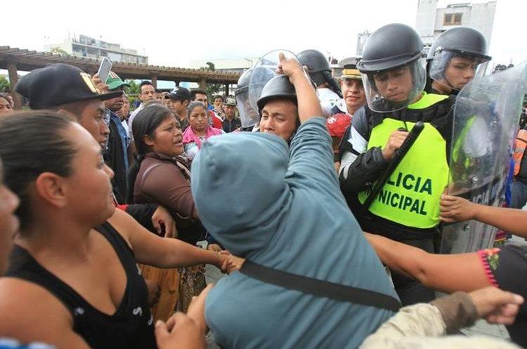 Agentes de la Policía Municipal de la Ciudad de Guatemala se enfrentaron a vendedores que se opusieron a un desalojo en el Paseo de la Sexta del Centro Histórico.