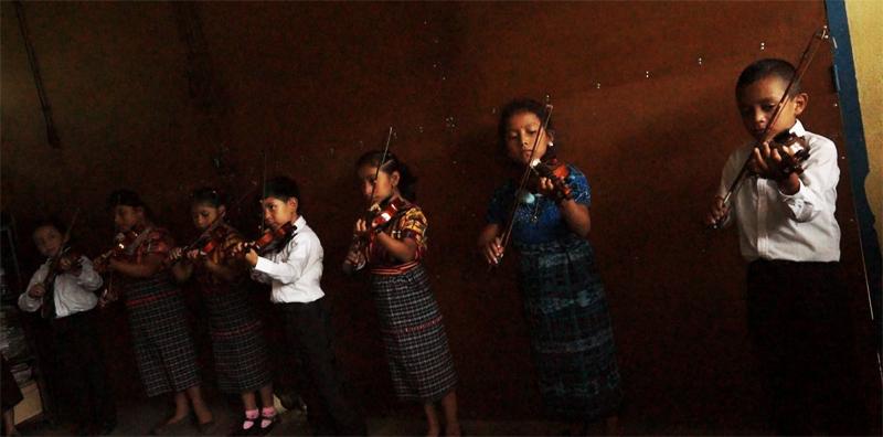 Niños que aprendieron con el método Zuzuki. (Foto Prensa Libre: Josué León)