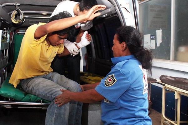 """<p>Bomberos ingresan los heridos a un hospital. (Foto Prensa Libre: Rolando Miranda)<br _mce_bogus=""""1""""></p>"""