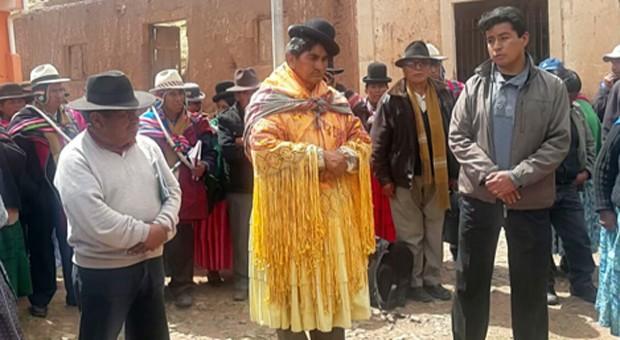 El alcalde Bruno Álvarez fue vestido con atuendo femenino. (Foto tomada del sitio: erbol.com.bo).
