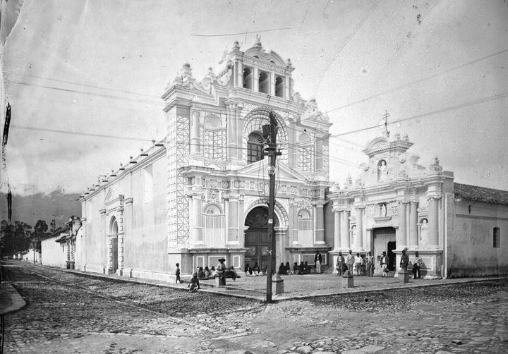 El fotógrafo tuvo mucho interés por el cristianismo. Se bautizó católico, documentó templos y retrató a varios sacerdotes. (Foto: Cirma).