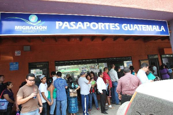 """<p>Personas tramitan pasaporte. (Foto Prensa Libre: Archivo)<br _mce_bogus=""""1""""></p>"""