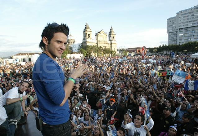 El cantante guatemalteco Carlos Peña durante el recibimiento que le dieran miles de personas luego de ganar el concurso Latin American Idol. 1/10/2007. (Foto: Hemeroteca PL)
