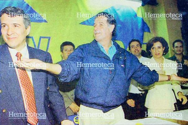 Óscar Berger, en febrero de 1999, en medio de Héctor Cifuentes y Arabella Castro. (Foto: Hemeroteca PL)