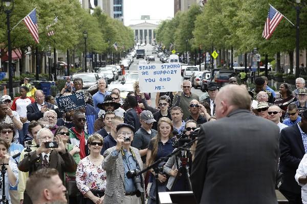 Manifestantes protestan <span>fuera del</span> <span>Capitolio, en Washington DC, EE.UU.</span>