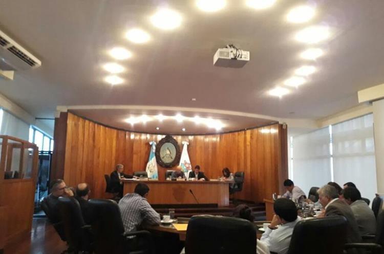 Durante la reunión del Concejo capitalino, se otorgó licencia a la síndico primero. (Foto Prensa Libre: Edwin Pitán)