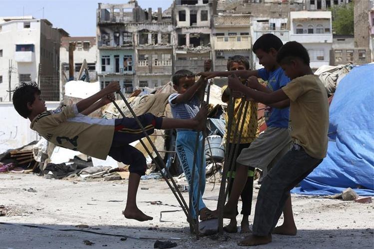 Los niños han sido reclutados a la fuerza o utilizados por todas las partes en el conflicto. (Foto Prensa Libre: AFP).
